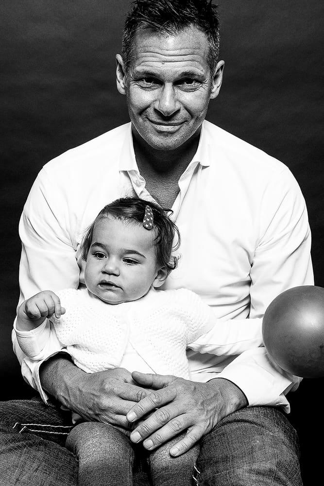 Vater und Tochter in Schwarz/Weiß